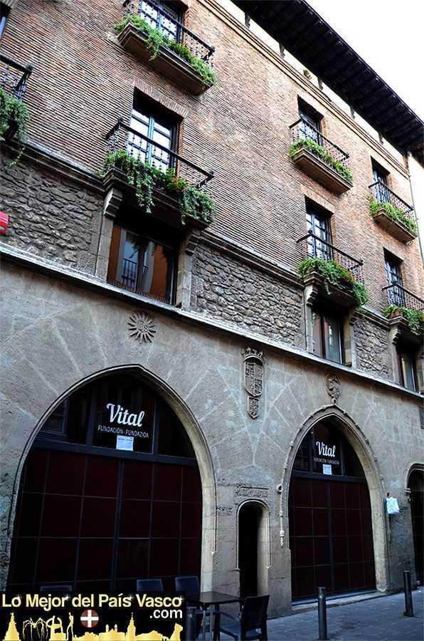 Casa-del-Cordón-en-la-calle-Cuchillería-de-Vitoria-Gasteiz-por-Lo-Mejor-del-País-Vasco