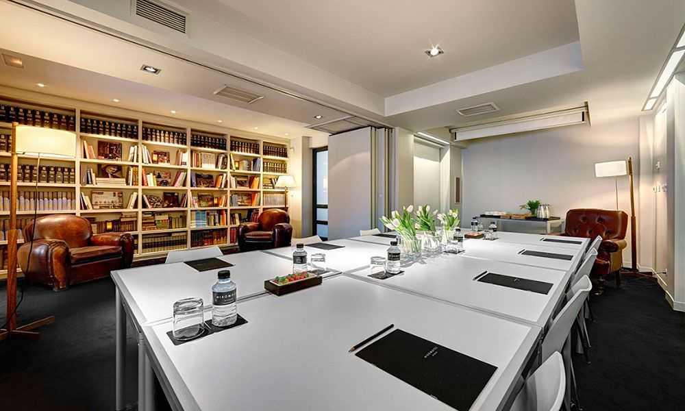 Biblioteca con amplio salón en el Hotel Miró de Bilbao
